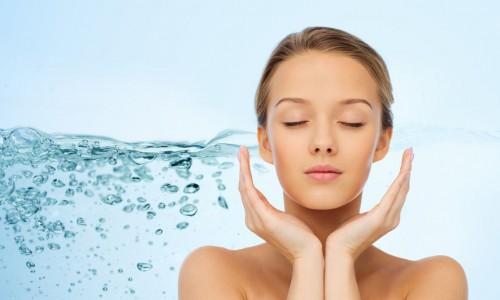 Νερό καθαρισμού de make up με υδατοδιαλυτό έλαιο καρύδας.